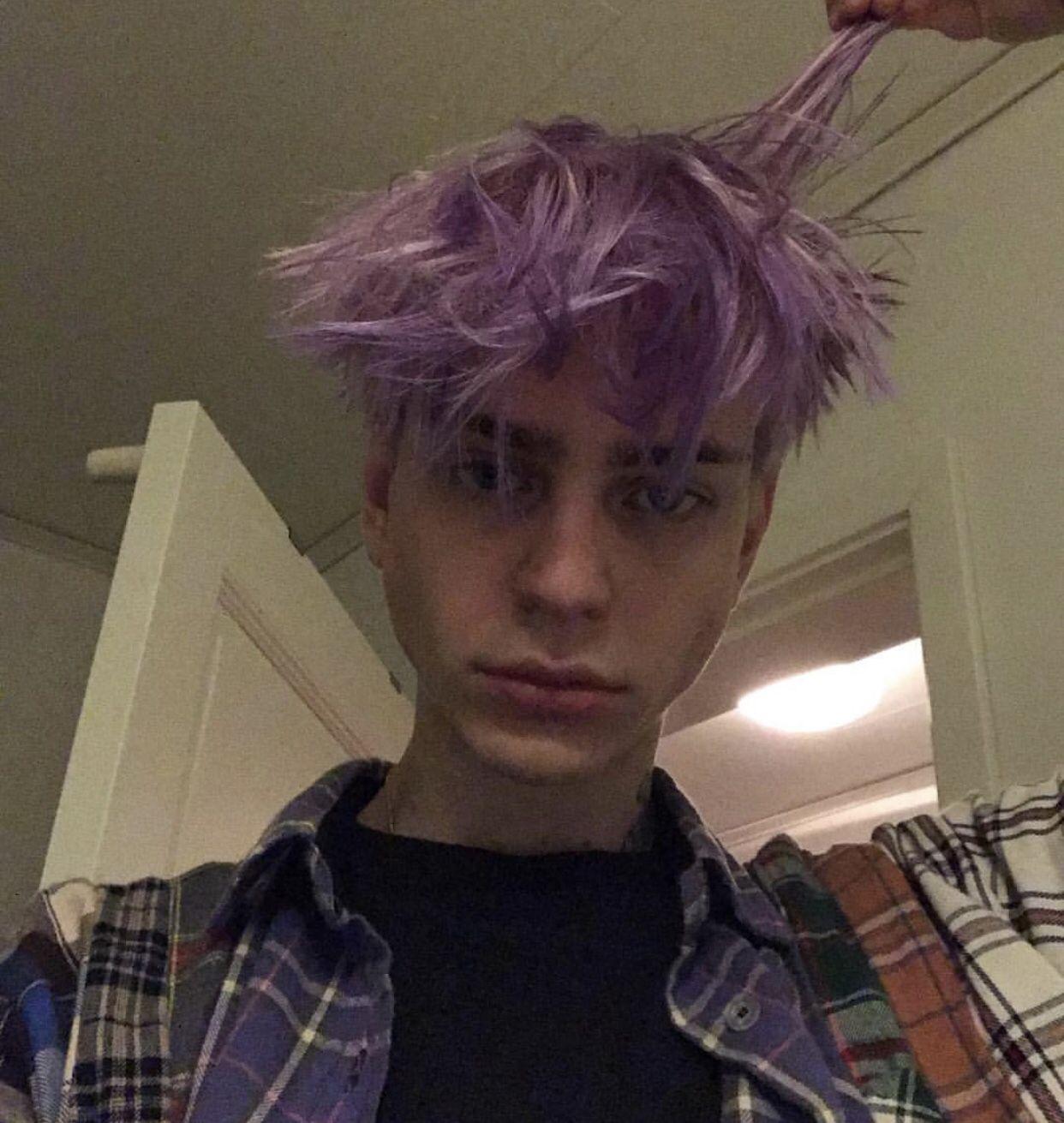 Cabellito Violeta In 2020 Boys Dyed Hair Boy Hairstyles Men Hair Color