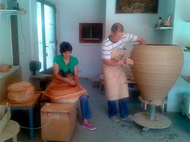 M. Paz y Paco trabajando en su taller de Moveros de Aliste, Zamora