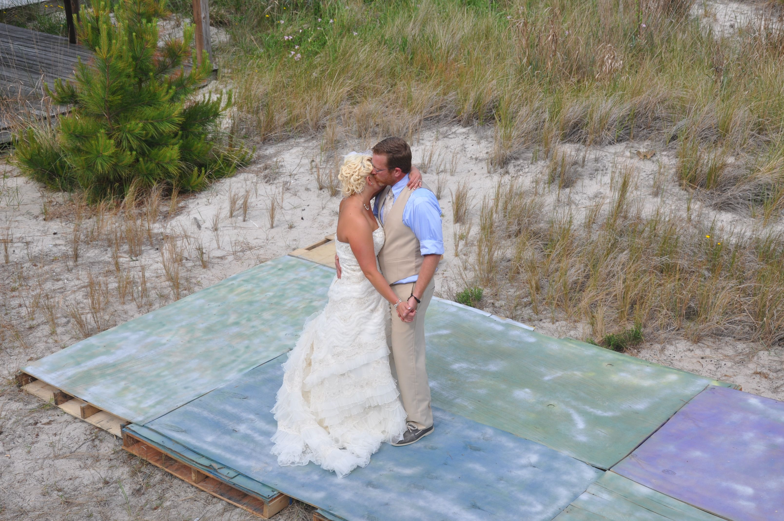 Diy dance floor made from pallets and plywood and spray for Pallet outdoor flooring