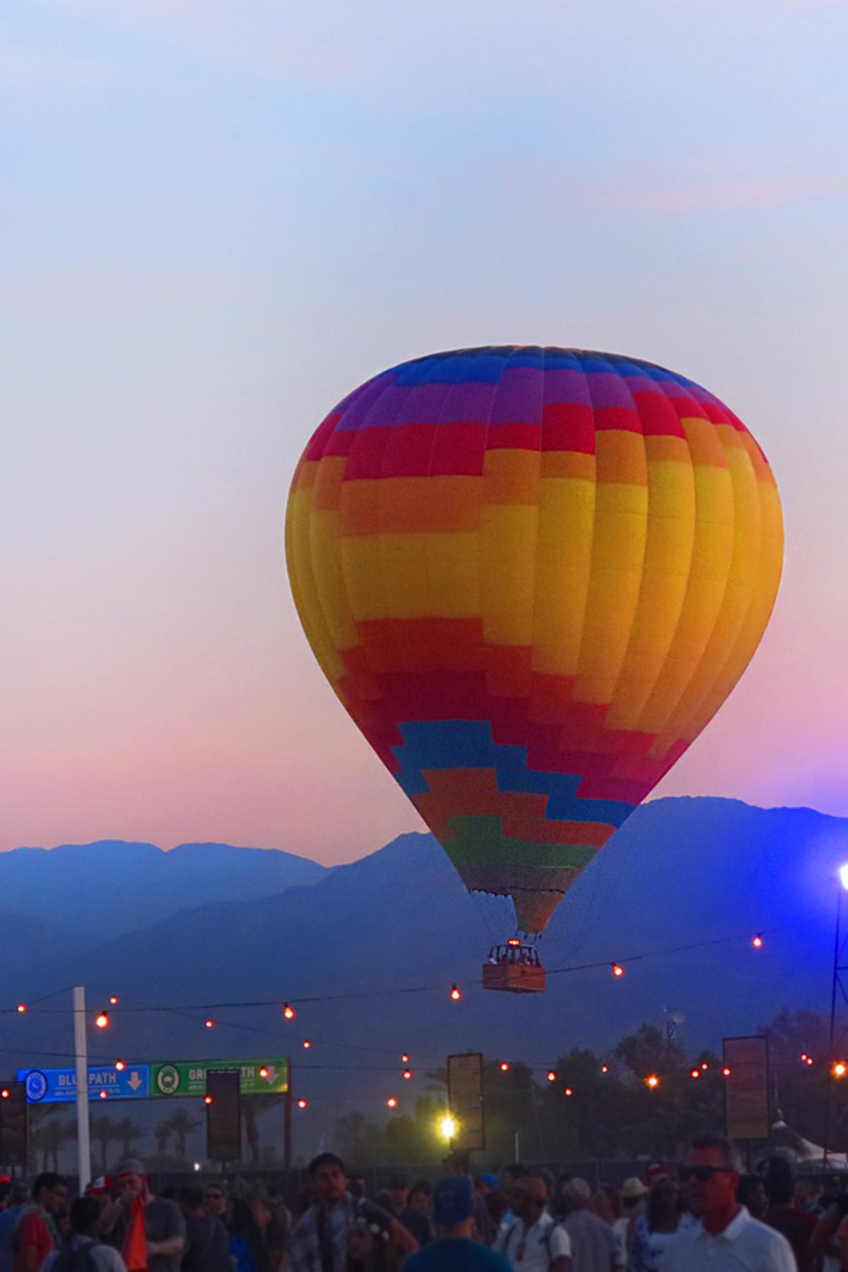 A Colorful Air Balloon Floats Above The Desert Landscape H M Loves Coachella Med Billeder