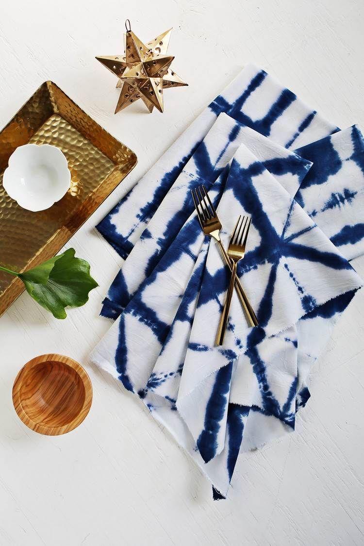 weiße stoffservietten mit shibori-muster färben | diy accessoires