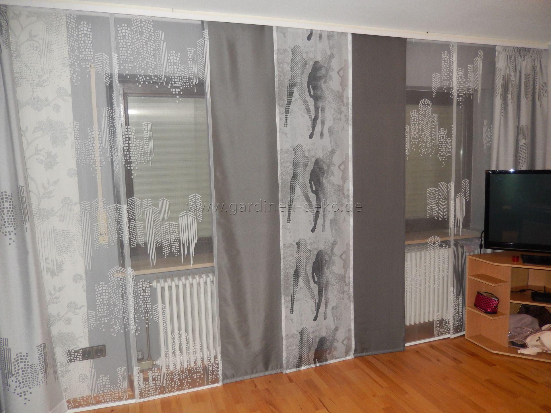 Scheibengardinen Wohnzimmer ~ Moderne weiß graue schiebegardine fürs wohnzimmer mit