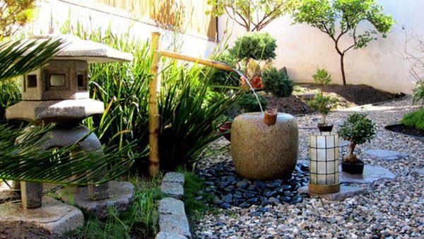 Une Fontaine Diy En Bambou Et Une Allee De Cailloux Deco Jardin Zen Jardin Zen Amenagement Jardin