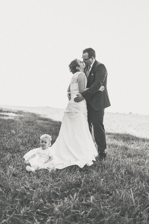 Brautpaar Fotoshooting Braut Und Brautigam Hochzeitsfotos Mit Kind