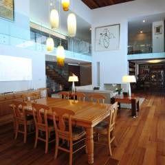 Livings de estilo moderno por ze arquitectura