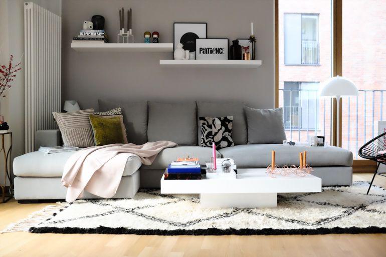 kleines Wohnzimmer mit Essplatz in weiß, schwarz und Holz - wohnzimmer couch weis grau