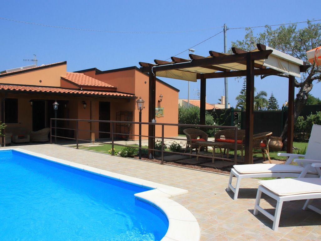 Die Villa mit Pool, Garten und 2 Terrassen liegt nur ca. 4 km von ...