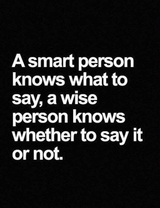 الشخص الذكي يعرف ماذا سيقول، والشخص الحكيم يعرف إن كان سيقول أم لا.