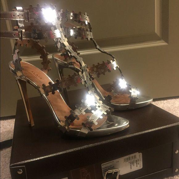 Metallic silver laser-cut leather sandals Alaia KTnBo