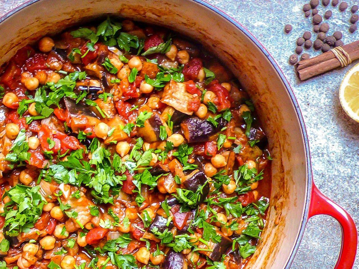 Deilig krydret gryte av tomat, aubergine og kikerter.