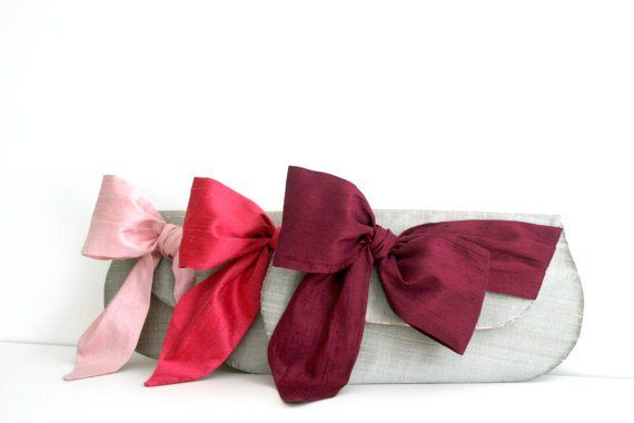 Clutch purses in pink and burgundy - see more ideas on http://themerrybride.org/2014/04/06/burgundy-and-light-pink-wedding/