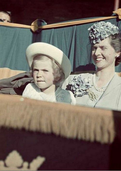 Queen Sibylla with her eldest daughter, Margaretha, in the late 1930s