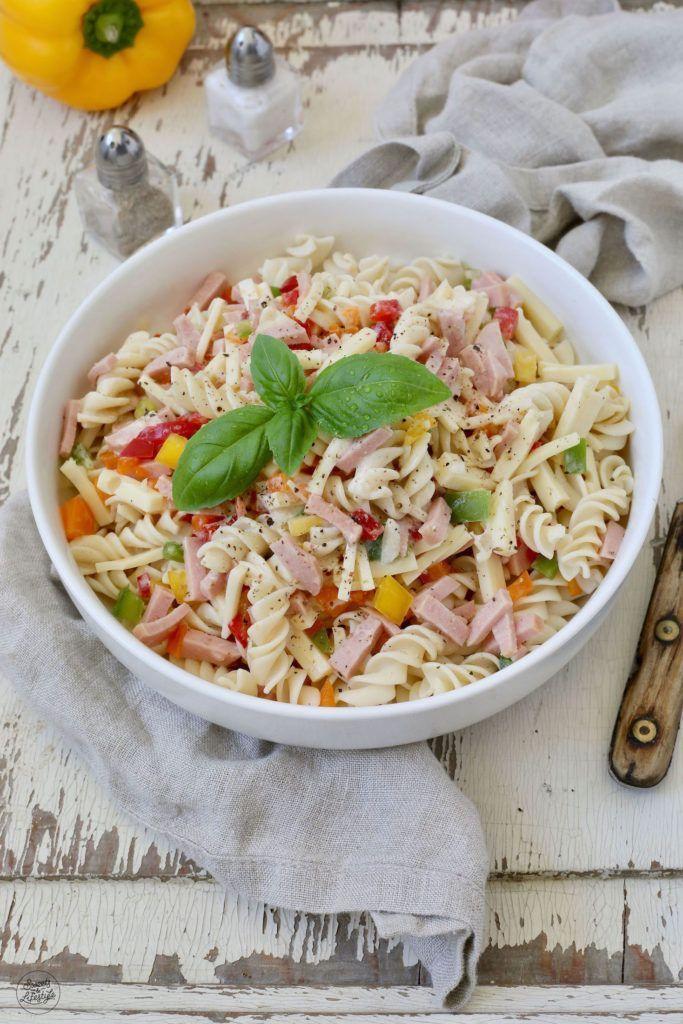 Einfacher Nudelsalat Rezept - Klassischer Nudelsalat ohne Mayonnaise, der perfekte Sommersalat. Der Nudelsalat ist eine leckere Beilage beim Grillen, kann aber auch zum Picknick und ins Freibad mitgenommen werden. // Pasta Salad Recipe - Classic cold Pasta Salad - quick and easy to make. // Sweets & Lifestyl