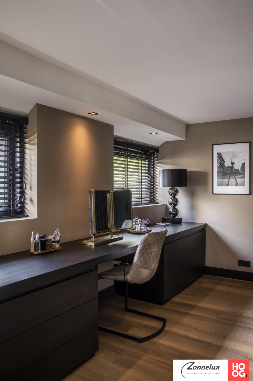 Zwarte houten jaloezieën passen perfect in moderne, knusse woning