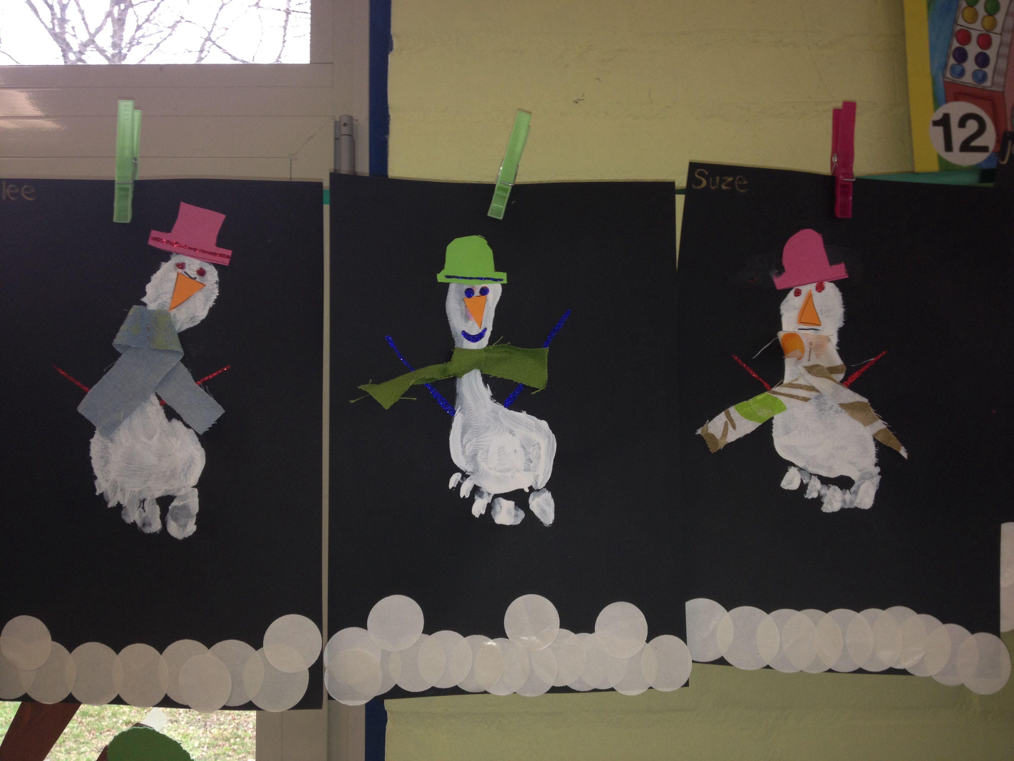 Onderkant van de voeten beschilderen met witte verf en op een donker vel papier afdrukken. Erna de sneeuwpop versieren met een sjaal en hoed