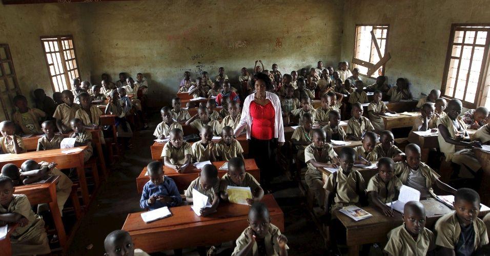 Professora dá aulas em uma escola primária em Bujumbura, no Burundi. A foto faz parte de um ensaio divulgado nesta quarta (30) pela agência Reuters. Ao todo, são 47 imagens de salas de aula em diferentes países. Elas fazem parte de uma ação para o Dia dos Professores e mostram as condições de trabalho de docentes em diferentes lugares do mundo