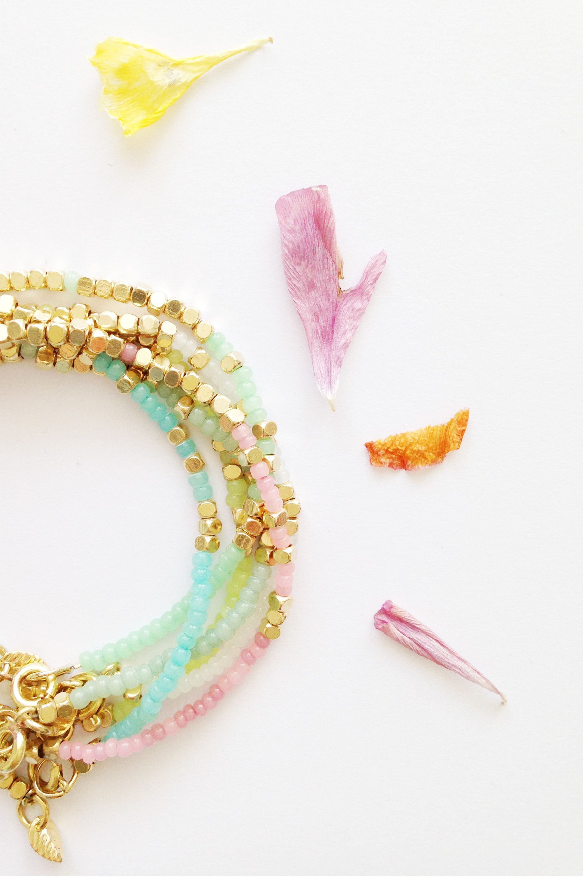 CORAIL MENTHE - www.corailmenthe.com Pastel beads and brass bracelet