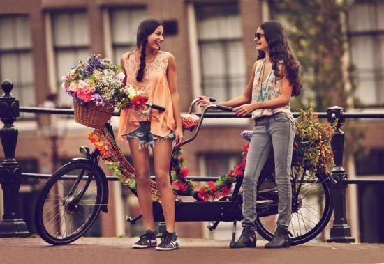 Mit dem Fahrrad romantisch durch Amsterdam: Free People's Januar Katalog zeigt wie's geht! - LesMads