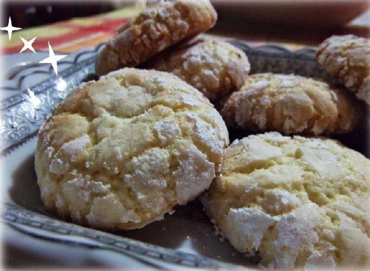 Buonasera a tutti, qualche giorno fa una mia amica mi ha fatto assaggiare dei biscotti che sono veramente squisiti,visti su Mysia. Oggi era il momento giusto per provare questa ricetta.l'ho eseguita con qualche piccola modifica.BUONISSIMI!!! Hanno un solo difetto sono come le ciliege uno tira