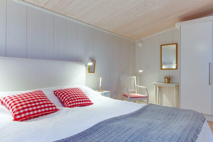 Madera pared y techo. Bonita combinación de color en textiles.