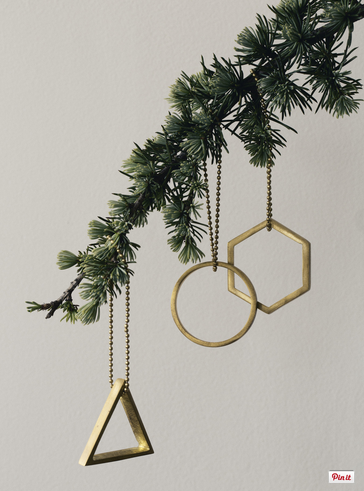 here are your 10 must have decorations for your contemporary christmas tree