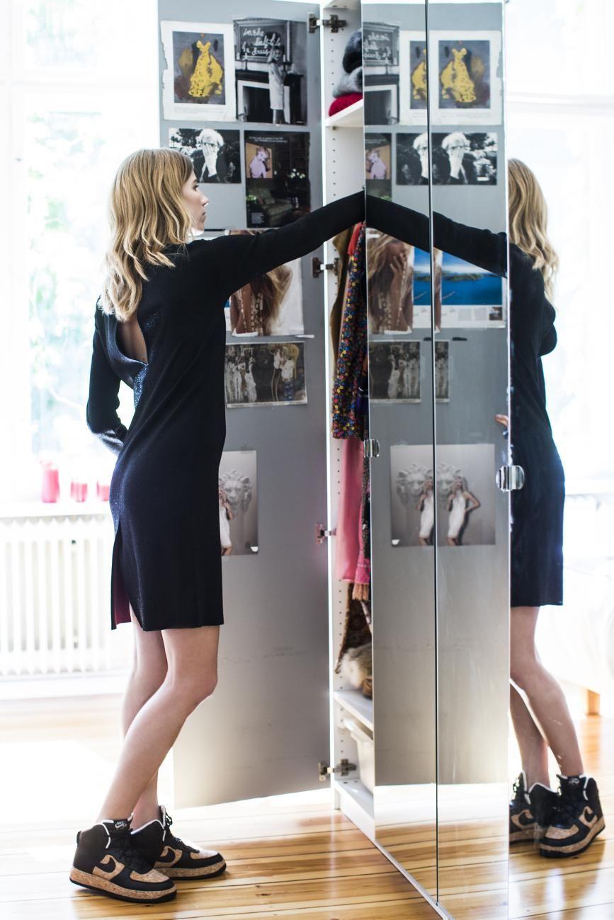 Im Lurexkleid von Prada und selbstdesignten Nikes in Korkoptik. Inspiration in der Tür des Kleiderschranks: ein Sammelsurium aus Magazinausr...