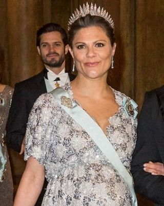Crown Princess Victoria & Princess Sofia attend the annual Representationsmiddag at the Royal Palace.| February 3rd, 2016 Credits go to the rightful owners  #crownprincessvictoria_2016 #firstgaladinner_2016 #crownprincessvictoria #prinsessanvictoria #princessvictoria #crownprincessvictoriaofsweden #kungahuset #likes #l4l #likes4like