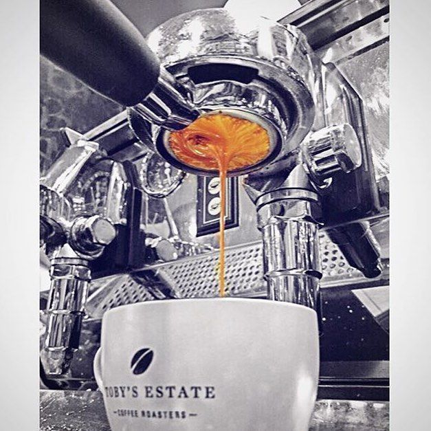 The morning pour at @laras_cafe #tobysestate #tobysestatecoffee #coffee #coffeelove #espresso #monday #mondaymorning #barista #baristalove #cafe #cafelove #sydney