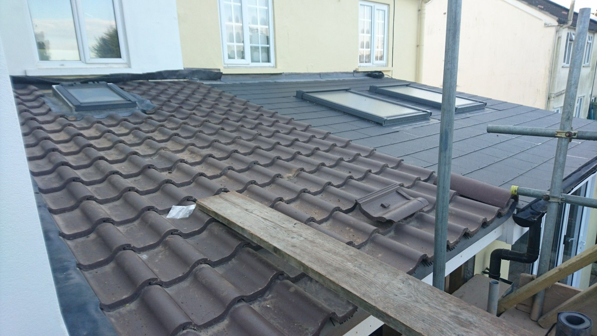 Day 34 Low Pitch Roof Tiled With The Special Low Pitch Forticrete Centurion Tiles Roof Tiles Roof Pitched Roof