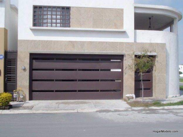 Puerta de cochera contemporánea de herrería con barrotes horizontales