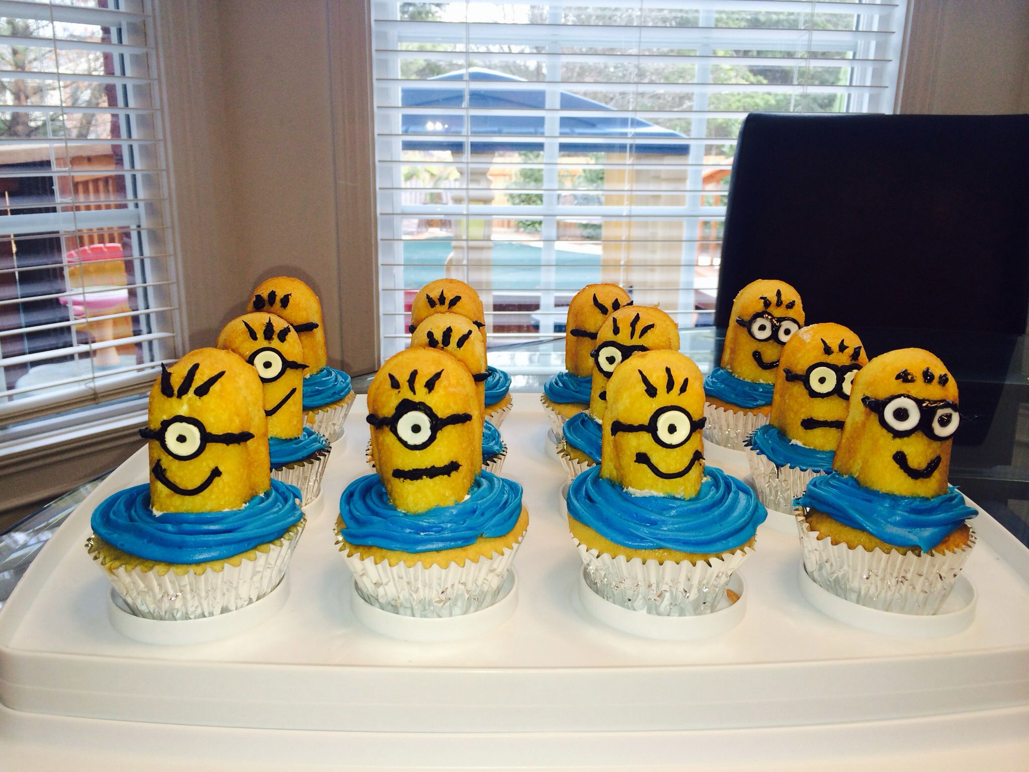 minion cupcakes blue frosting twinkies cut in half smartees for