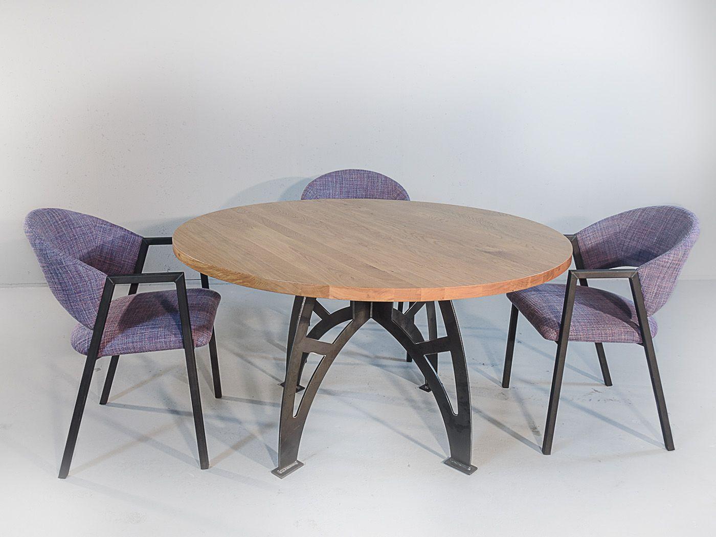 Industriële ronde eiken eettafel  De Minnesota is een robuuste tafel met een stoere industriële uitstraling. De combinatie van het blauwstalen onderstel samen met het dikke eikenblad maken dit een unieke tafel die in veel huiskamers tot zijn recht komt.