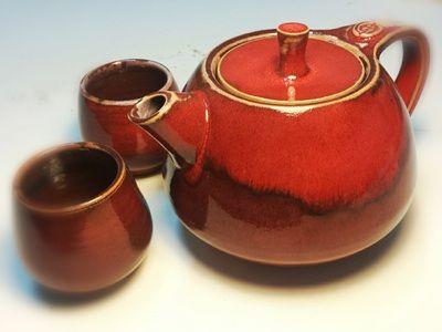 Teiera con due tazze in terra rossa e smalti. Teapot and cups, red earthenware with glazes, cone 04.