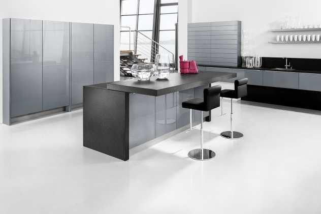 Moderne Küche mit Frühstücksbar und Barhockern von Pfeiffer - moderne kuche