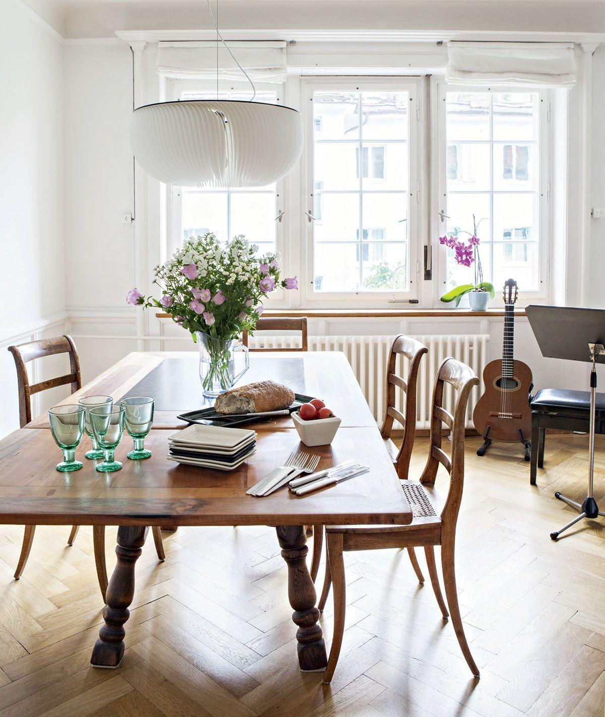 Yhdistetyssä ruoka- ja vierashuoneessa on vanha, leveä kalanruotoparketti. Jykevä ruokapöytä on ex-anopilta ja biedermeier-tuolit Doriksen suvun perintöä. Iittalan Verna-lasit ja Zeenatin keramiikka-astiat ovat Doriksen ostoksia Suomen matkoilta. Ikkunoista on näkymä rauhalliselle kadulle.