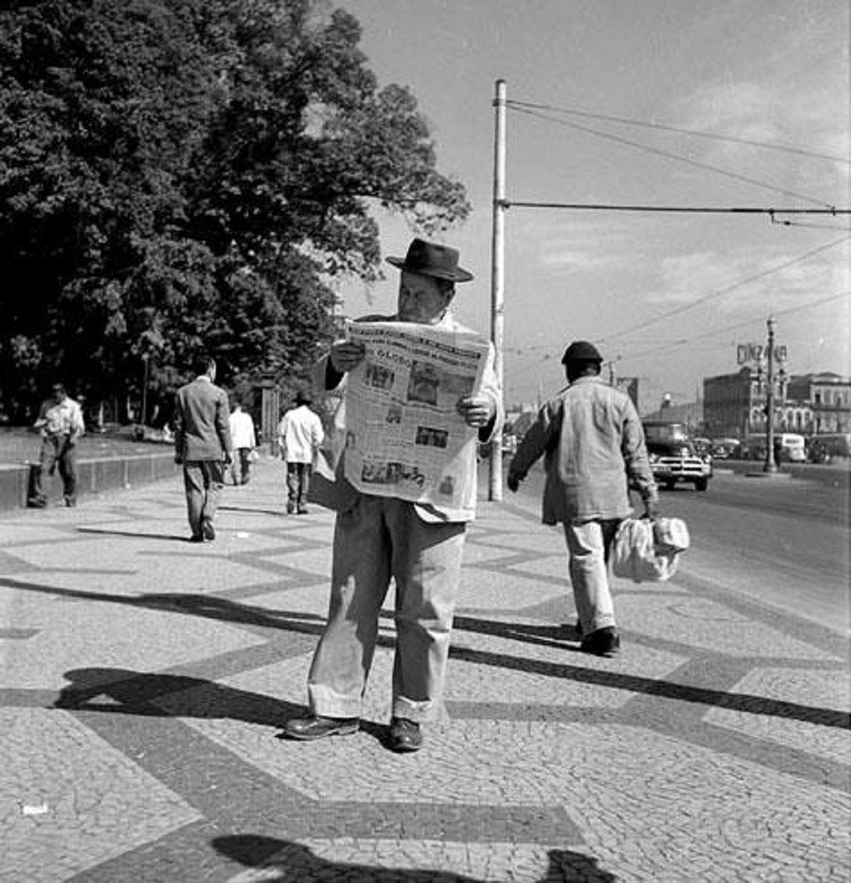 Leitor do jornal O Globo em frente à Praça da República, na Av. Presidente Vargas, em 1956.   https://www.facebook.com/jornais.rio/