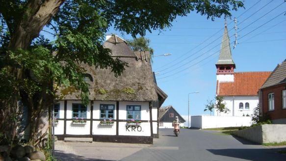 Reersø - city - Vestsjælland, Danmark - kroen og kirken - overfor hinanden som i gamle dage!