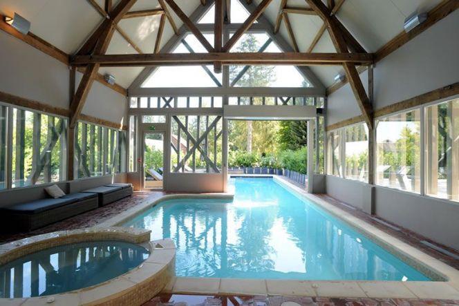 La piscine intérieure et extérieure par Diffazur, vue de l - location villa piscine couverte chauffee