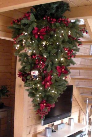 Un Sapin Artificiel Suspendu Au Plafond Noel