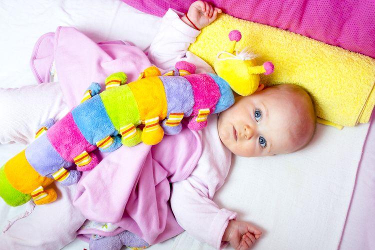 Obmedzte pobyt dieťatka v autosedačke typu vajíčko aj detských sedačkách a ležadlách. Dlhodobé ležanie dieťatka v jednej polohe, na chrbátiku alebo na tom istom boku, mu môže zdeformovať lebku.
