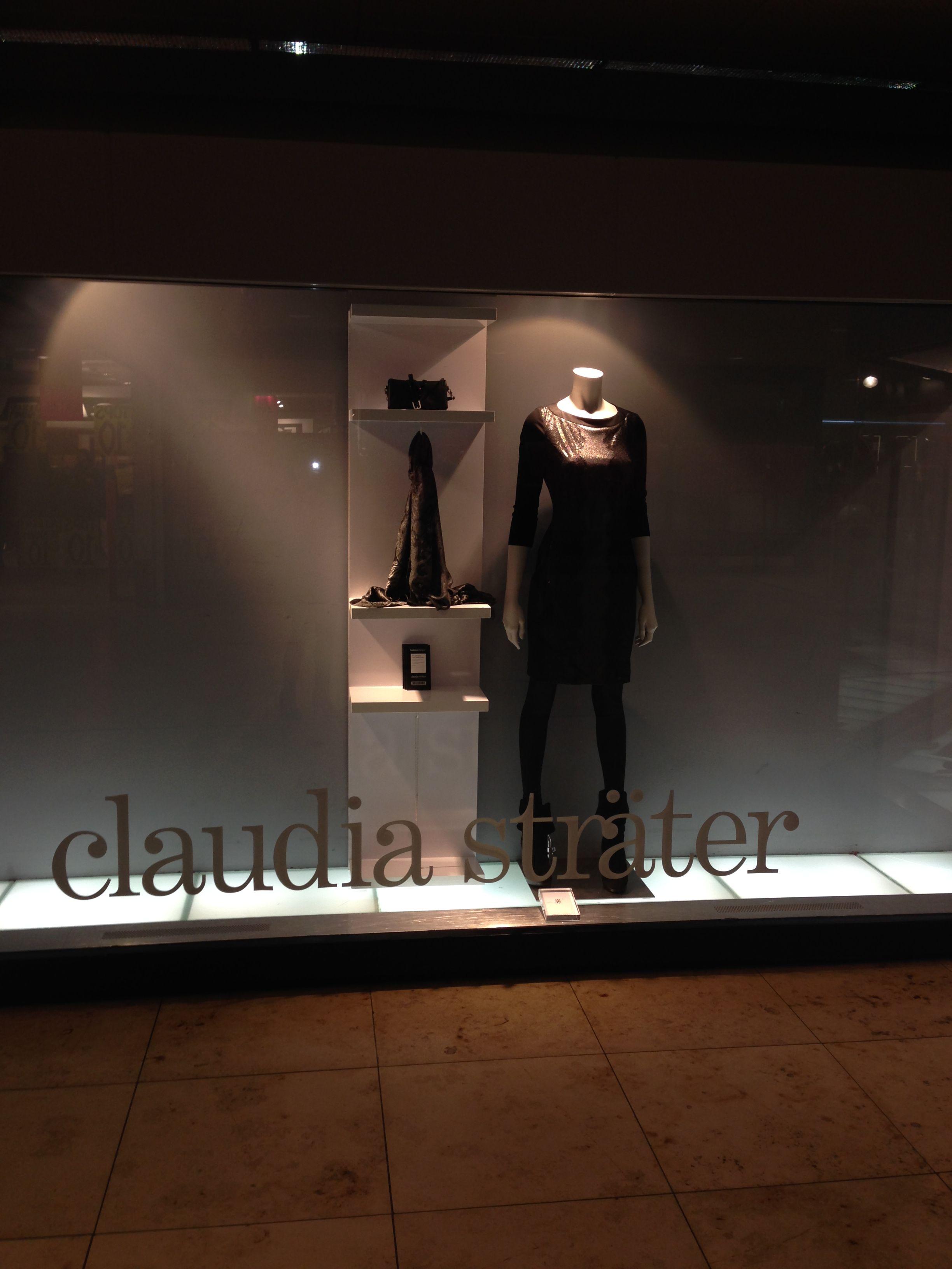 Etalage van Claudia Sträter. Het is een sterke productpresentatie, het ziet er luxe en verzorgd uit en deze reclame sluit mooi aan bij de stijl van de winkel .
