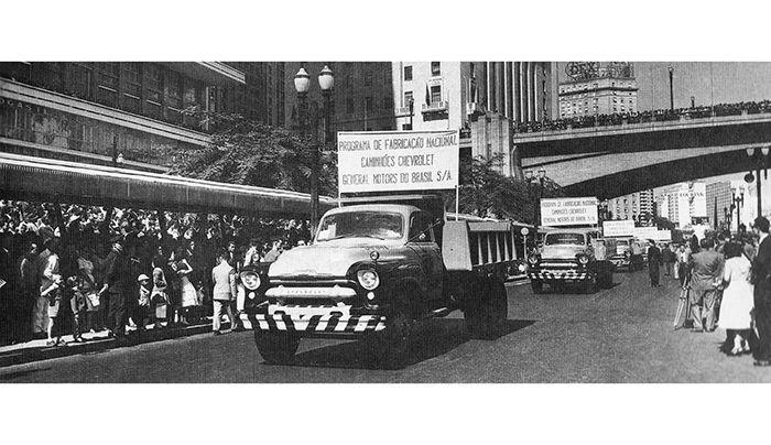 Chevrolet 6503 Participando Do Desfile De Primeiro De Maio De 1957 Em Sao Paulo Chevrolet Gmc Trucks Trucks