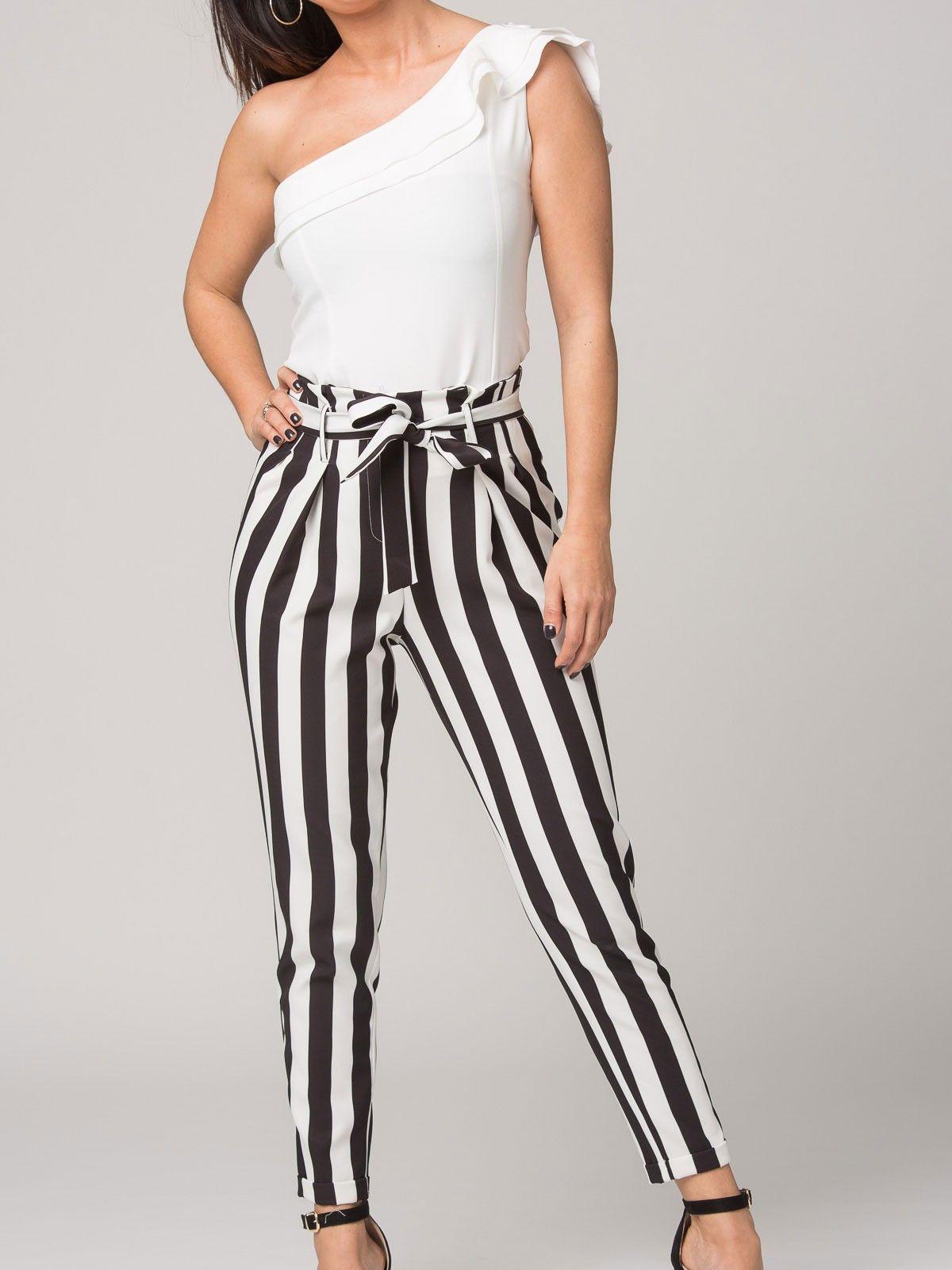Pantalón Alba - Pantalón capri de rayas en blanco y negro. Cintura alta y  detalle de cinturón de la misma tela. - MODA FIESTA - Moda Casual Low Cost  de ... 19fc7ad85f0c