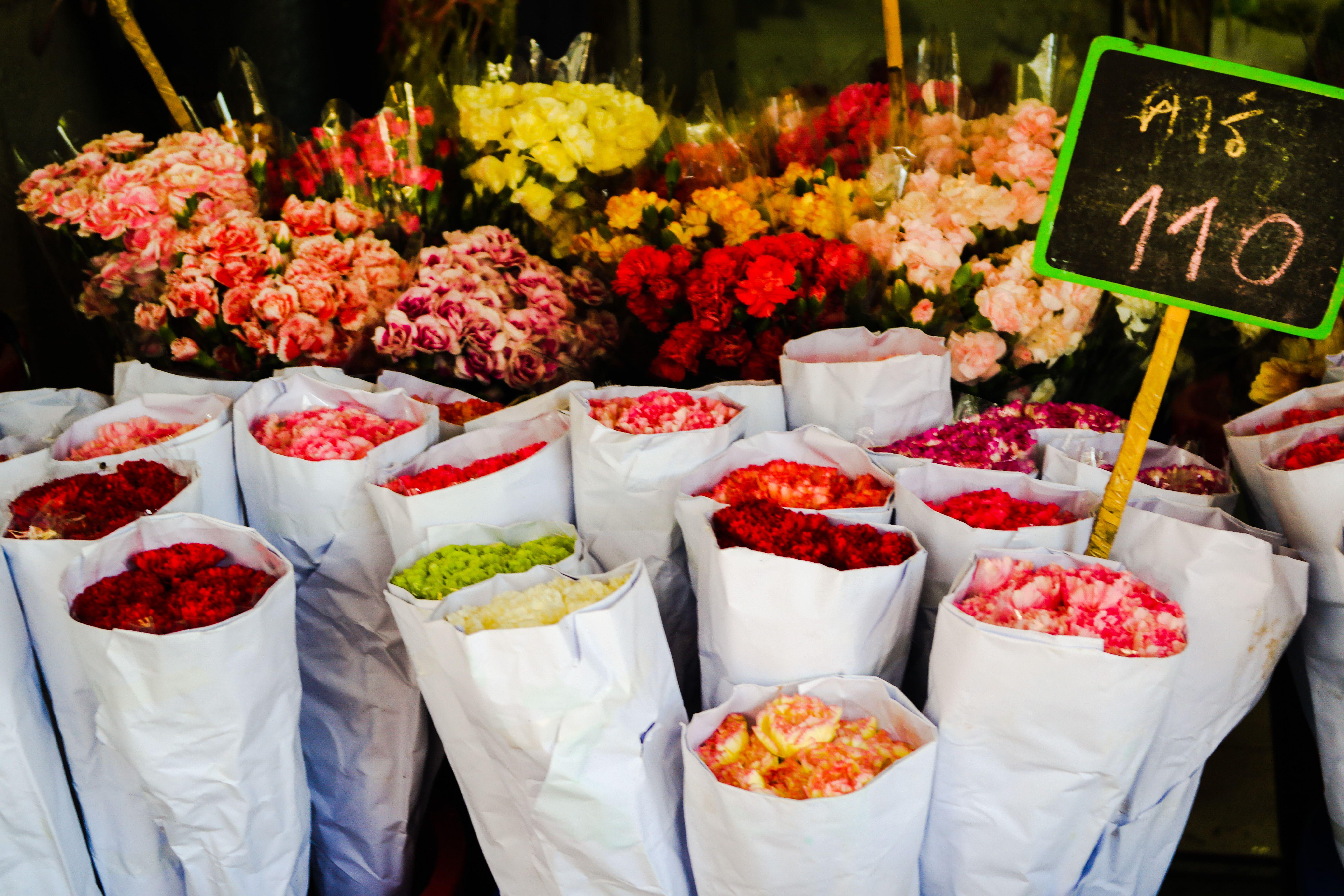 Flores pra levar pra casa. No mercado de rua de Bangkok, na Tailândia.