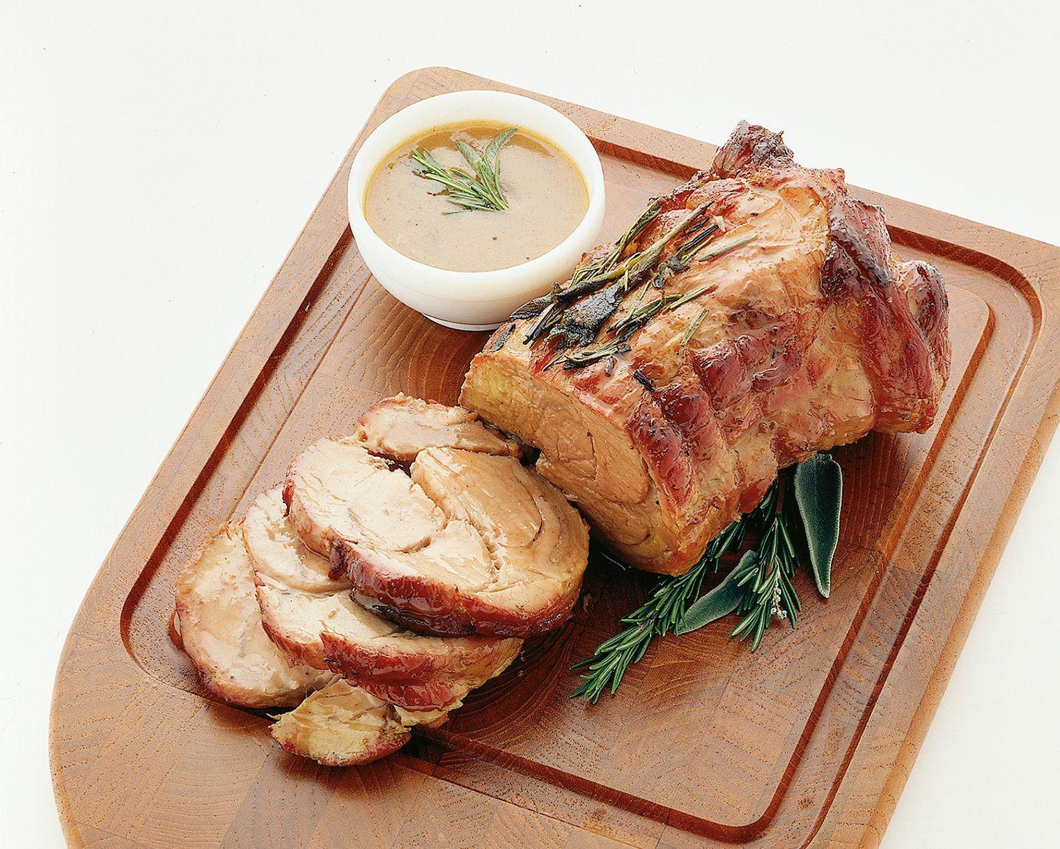 Classico secondo piatto della cucina italiana larrosto di vitello va preparato con cura e