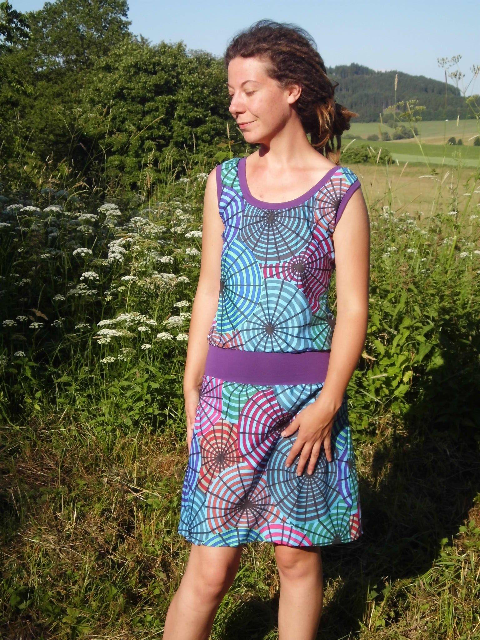šaty Šaty jsou ušity z designové átky (100%bavlna - nepruží), lemy jsou z pružného fialového úpletu, na zádech zavazování na fialovou šňůrku vel. S - šířka přes prsa 43, délka šatů 98cm