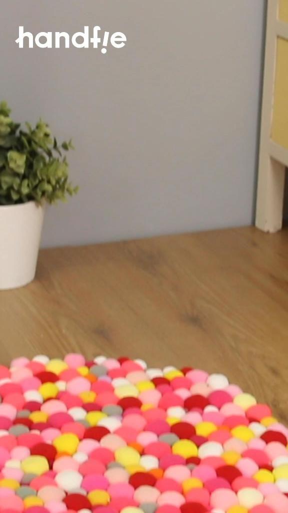 Crea una alfombra casera GENIAL con un poco de cuerda, unos pompones y adhesivo instantáneo. ¡Fácil y rápida! #Tutorial #Alfombra #Pompones #Handfie #Cuerda #Manualidades