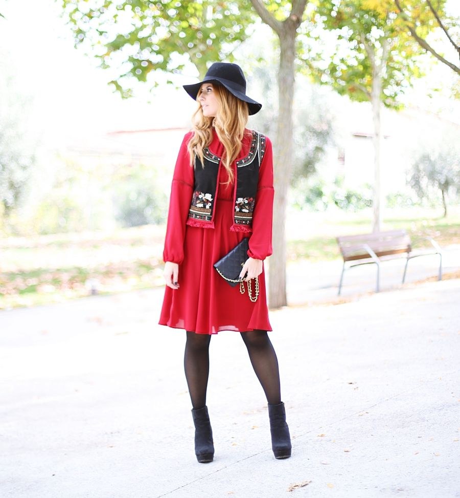 Casual Look. Look con vestido granate y chaleco. A trendy life. #casual #looklady #burgundydress #embroidereddress #dress&vest #chanelbag #hat #boots #tintoretto #chanel #outfit #fashionblogger #atrendylife www.atrendylifestyle.com