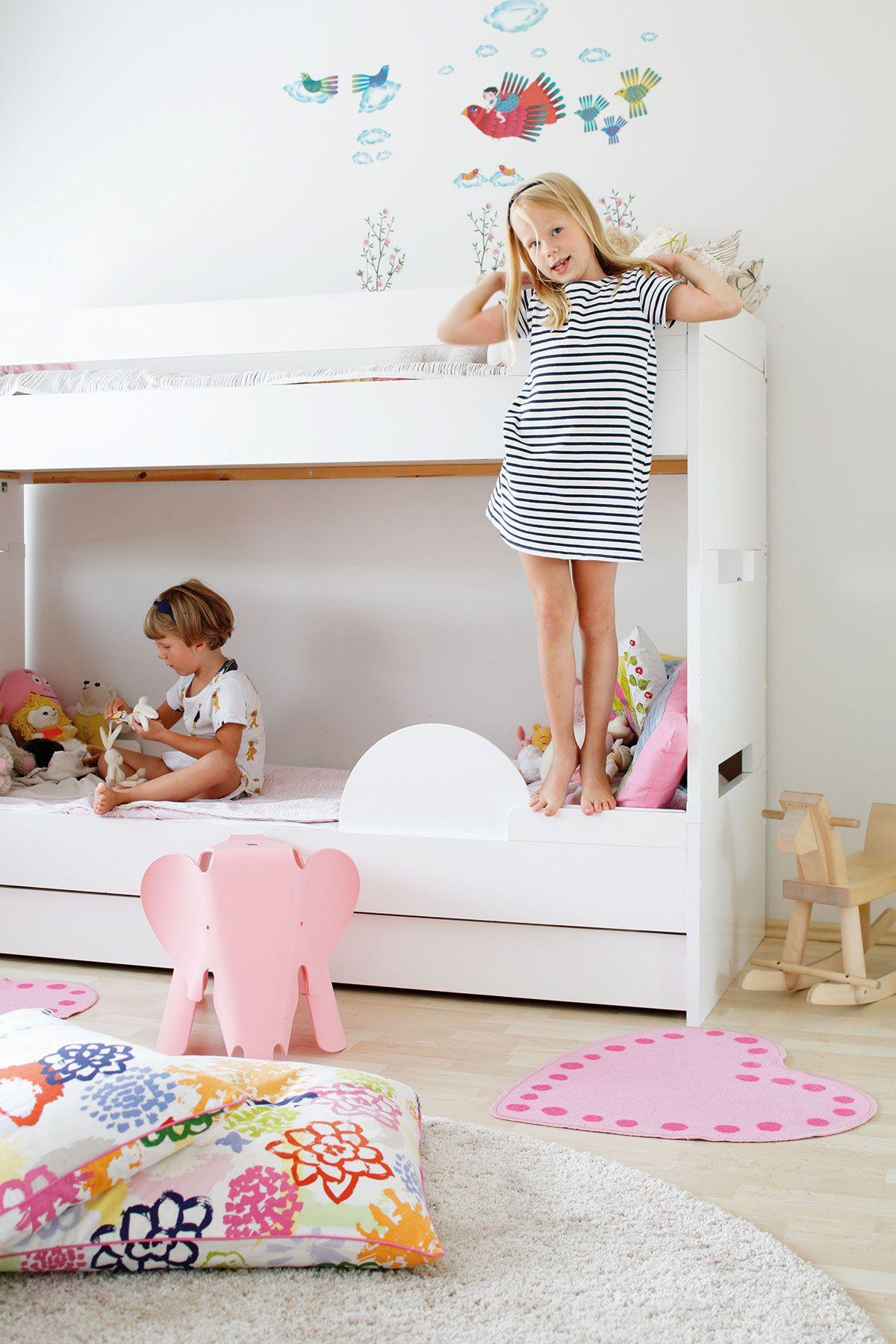 Kerrossänky mahdollistaa enemmän leikkitilaa huoneeseen.
