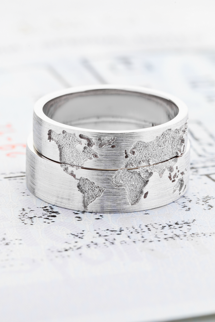 It is just a graphic of 43k Gold wedding bands set with world map. Travelers wedding